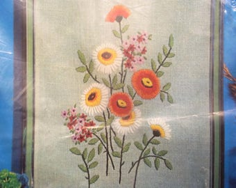 "Vintage Embroidery / Crewel Kit ""Daisies"" from Creative Stitchery"