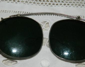 LUNETTE de soleil,pouvant se fixer sur une paire ordinaire..Ancienne  Lunette Vintage Français. Vêtements d'époque
