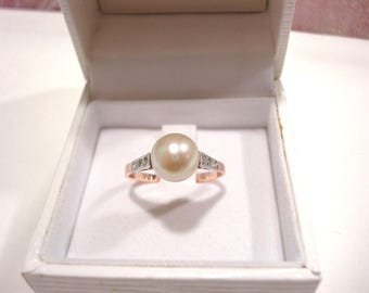 Gorgeous 18 Carat Gold Cultured Pearl Diamond Ring.