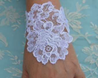 Bracelet embroidered white lace cuffs lace white wedding, pair of embroidered cuff, arm warmers, lace bridal chic