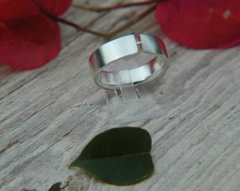 Minimalistic silver 925 ring with gold of 14 carats and a particular handmade finish. From Spain, Valencia.