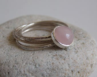 Silver fine and modern hammered ring with 4 interlace rings and rosa quartz cabochon