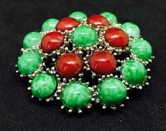 Green and Red caboshon dans  Brooch vintage style celtique / silver tone . Brooche chance + gift bag