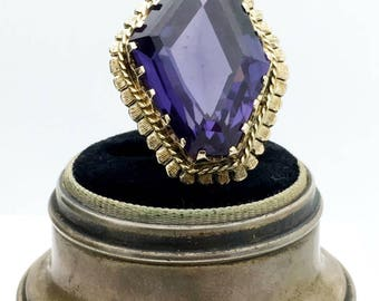 Vintage 14k Yellow Gold Ring with large synthetic colour change sapphire