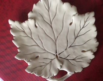Oddments of vintage maple leaf shaped ceramic french