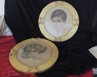 2 encadrements ronds anciens en bois doré, stuc, pastel portrait d'enfants- 2 old round frames in gilded wood stucco