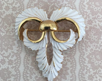 Vintage Signed Crown Trifari Gold Tone White Enamel Fleur De Lis Brooch Pin