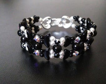 Bracelet glass beads and Swarovski crystals, double heart clasp