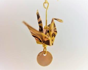 Boucles d'oreilles origami grues dans les tons rose, marron et dorée. Pliage origami oiseau fait main. Pièce unique. Made in Paris