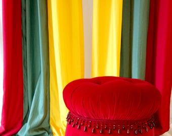 Extravagant Dekoschals in bright colours