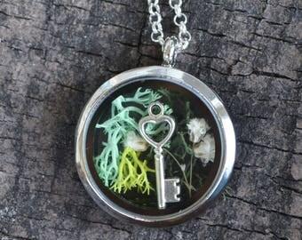 Terrarium Necklace, Moss Necklace, Glass Locket Flower Necklace, Glass Locket, Terrarium, Babies Breath Locket, Locket Jewelry, Key Necklace