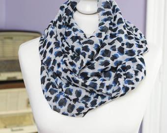 Snood en tissu blanc taches noires et bleues // voile  léger // letitsnood // écharpe circulaire // ENVOI GRATUIT