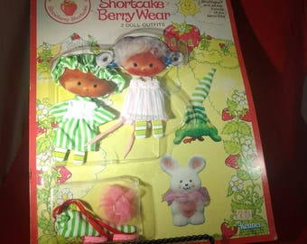 STRAWBERRY SHORTCAKE BERRY Wear-2 Doll Outfits-Blister on Cardboard-#43740-1980-81