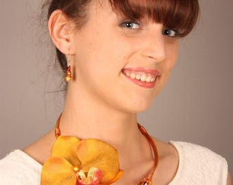 Fashion necklace with its caramel orchid flower and pearls matching