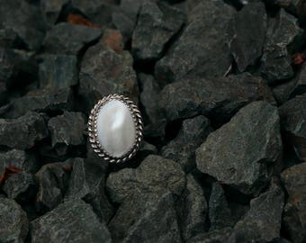 Vintage Mother of Pearl Oval Ring with Rope Detail and Split Shank Sterling Silver Size 8