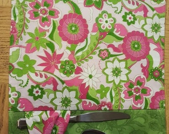Placemats 6 in SET. Bow holds utensils solid cream color on back . Spring pattern