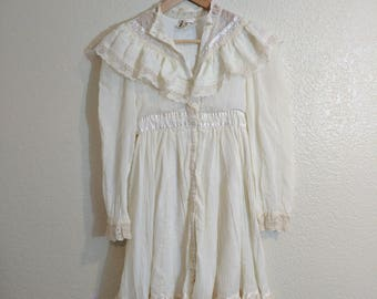 Vintage 1980s/70s Gunne Sax Cream Lace Button Front Long Sleeve Victorian Style Dress with Tieback