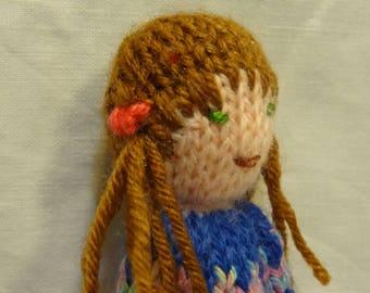 Mini poupée tricotée, petite poupée en laine, marionnette petite fille brune.