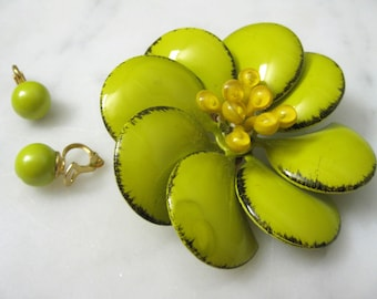Vintage Jewellery Plastic Chartreuse Brooch Earings Clip Pin 1960s Flower Yellow Stamen Shiny