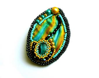 Broche soie shibori et perles brodées turquoise jaune