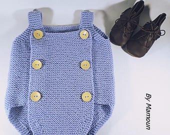 Barboteuse bébé (6 mois) tricotée main dans un fil doux 100 % coton bleu ciel  et ses boutons