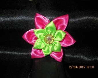 Green and fuchsia satin flower with its Center a button pink size 9 cm