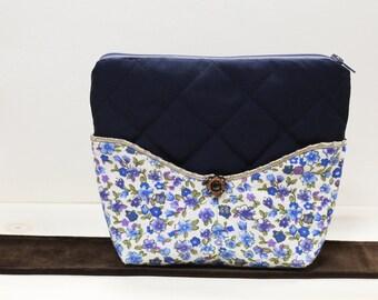 Petite trousse bleue molleton fleurie, deux poches avant et une grande ouverture fermeture éclair // Small blue bag with flowers