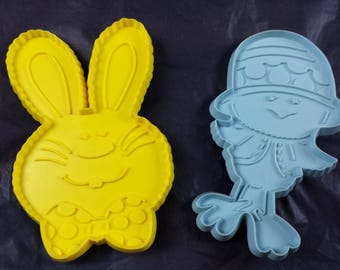 2 Vtg Hallmark Easter Cookie Cutters Plastic Bunny Rabbit Chick 1975