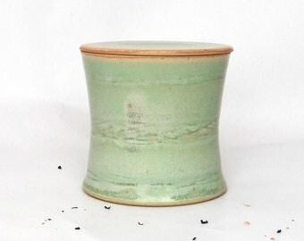 Beurrier à eau vert cintré, lignes ondulées, grès