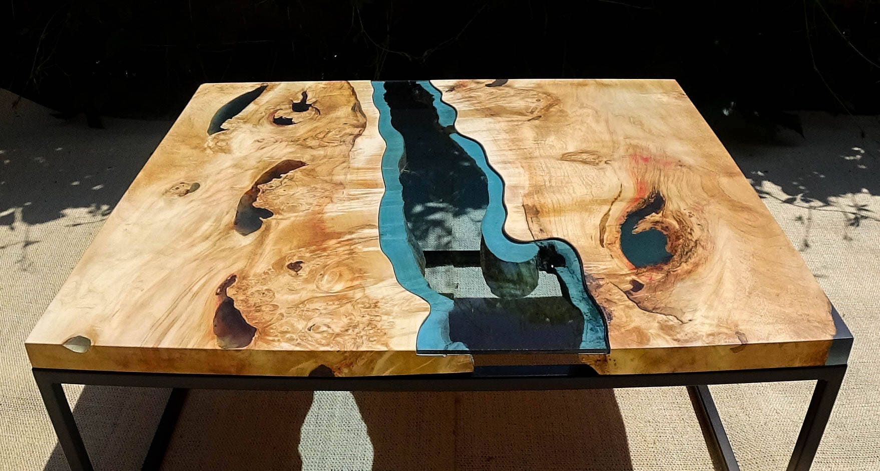Sold live edge river coffee table with dark blue epoxy inlay - Epoxy tisch ...