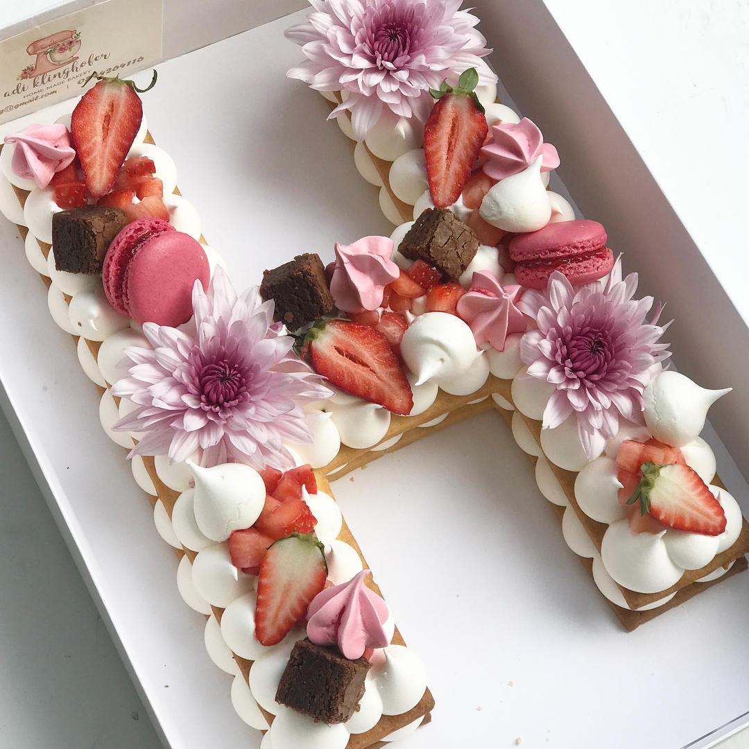 Lettre K M Wedding Cake