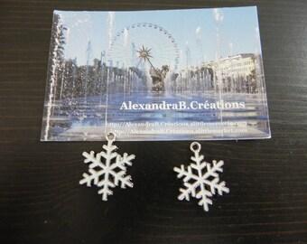 A snowflake enamel white measuring 25 x 19 mm