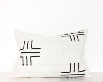Mudcloth pillow | Off White mudcloth cushion cover | Lumbar pillow | African mudcloth | Ethnic cushion cover | Authentic bogolan pillow