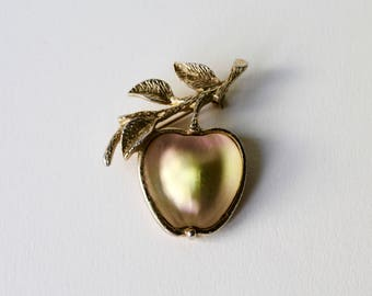 Vintage Sarah Coventry Apple brooch. Sarah Coventry 3D iridescent green and pink apple gold tone brooch. Fruit brooch. Autumn fruit brooch.