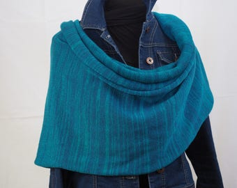 Giant and wrap scarf made of merino wool and worsted.