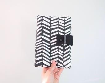 Protège carnet de santé bébé - 100% coton - imprimé chevrons noir et blanc- monochrome