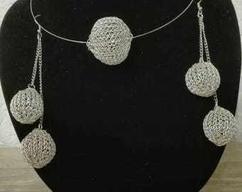 Ball earrings with neck jewellery
