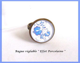 """Fancy adjustable ring in bronze metal with cabochon in glass """"Effect porcelain"""" flowers white blue"""