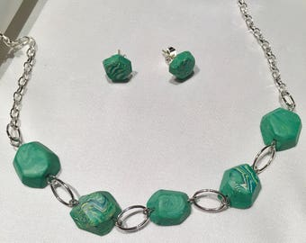 Green faceted necklace and earrings set