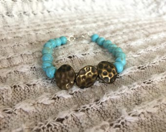 Hammered gold & turquoise glass bead bracelet