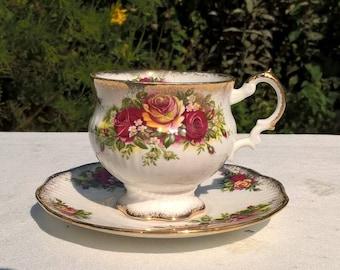 Very nice Elizabethan Fine Bone China teacup and saucer, Vintage teacup and saucer.