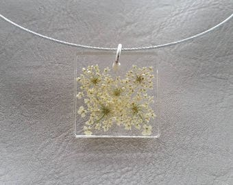 Round neck + square pendant in resin and dried carrots wild flowers
