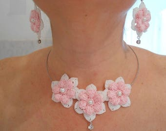 Necklace 3 flowers and white cotton crocheted earrings.