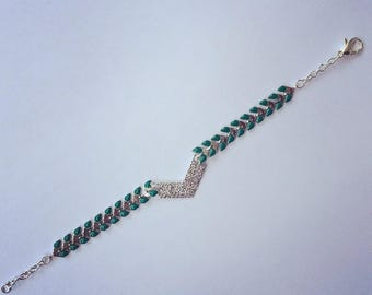 Ethnic bracelet with green herringbone chain