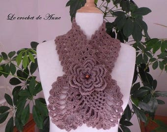 Brown scarf / taupe, adorned with a flower brooch!