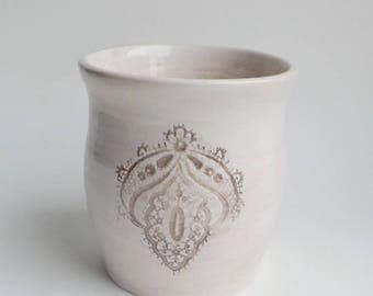 Jar beige patina white earthenware, with imprint of old lace, shabby style