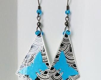 Boucles d'oreille à pendant en papier à motif vernis et papillon bleu