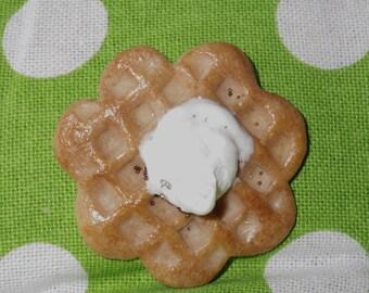 Brooch waffle Chantilly flower shape