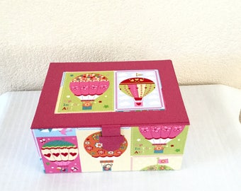 Born in cardboard, fabric Balloon and pink leatherette gift box. Baby collection