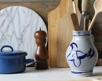 Cruche de salage avec des caractères de couleurs bleus